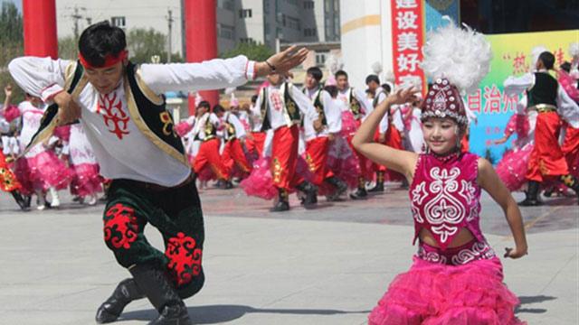哈萨克阿肯弹唱_西域回响——新疆古代舞乐文物展