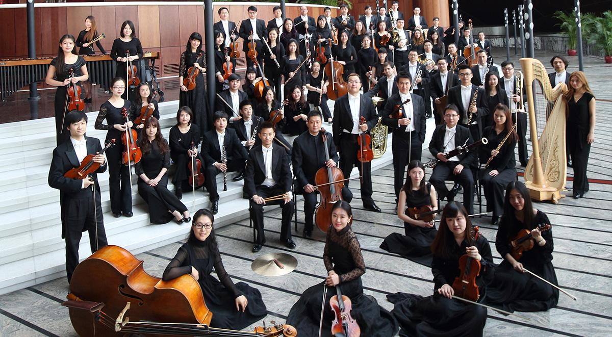 国家大剧院管弦乐团是中国国家表演艺术中心的常驻乐团。 新世纪的北京,历史气度和当代活力彼此交织,也滋育了国家大剧院管弦乐团远大的音乐精神和视界。自2010年3月建立以来,他们凭着对音乐与生俱来的热情、专注和创新精神,已位列中国乐坛最优秀的交响劲旅,并迅速得到了国际乐界的热切关注。 伴随他们一起经历这个过程的,有诸多优秀的音乐大师,包括:指挥家洛林马泽尔、祖宾梅塔、克里斯托弗艾森巴赫、瓦莱里捷杰耶夫、郑明勋、弗拉基米尔阿什肯那齐、根特赫比希、克里斯蒂安雅尔维、耶欧莱维、谭利华、张国勇等,钢琴家