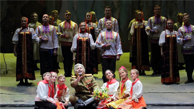 中俄艺术家通过深度合作、交流,更深入地领略对方的文化魅力,增进了友谊。马林斯基交响乐团乐手在谈及合作感受时提到,这部以卫国战争为题材的中文歌剧让他们很感动,切实体会到中俄亲如兄弟。乐手们非常喜欢这部歌剧的音乐,不少片段很有俄罗斯风格,感觉很亲切。马林斯基剧院艺术总监、著名指挥家捷杰耶夫在看过演出后评价到:今晚取得了巨大的成功,给我留下了深刻的印象。这部歌剧的戏剧和音乐效果都很震撼。马林斯基剧院与中国国家大剧院合作多年,今天的合作也是我们众多合作项目中的一个重要组成部分。《这里的黎明静悄悄》在俄罗斯家喻
