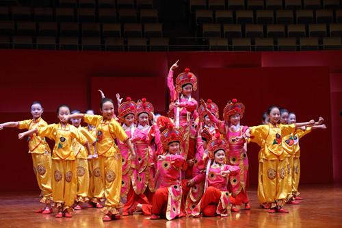 孩子们表演豫剧《花木兰》