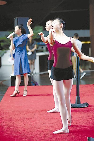 北京舞蹈学院的学生在老师的指导下向观众展示舞蹈动作