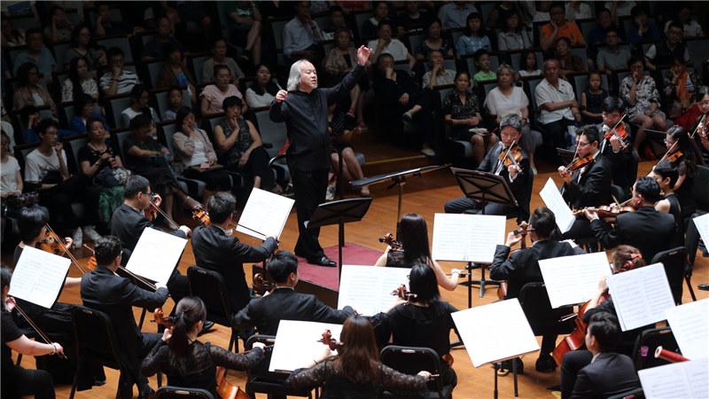 执棒中央歌剧院交响乐团为现场观众带来精彩的演出 牛小北/摄-梁祝