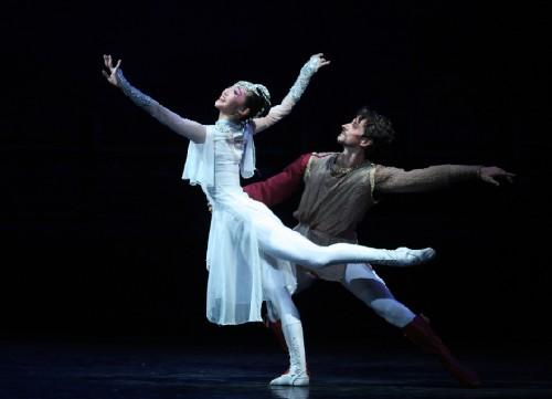 演员殷硕_意大利著名芭蕾演员米克·泽尼与中国青年舞者殷硕演绎的双人舞优美