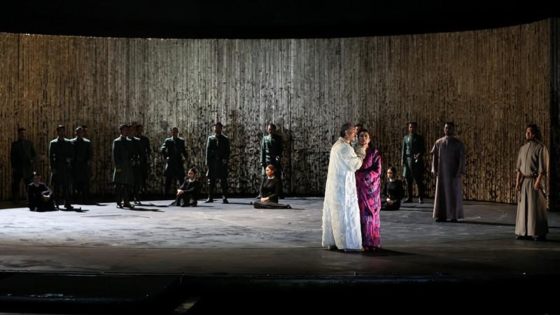话剧《李尔王》的舞台简约大气,舞美设计米夏埃尔·西蒙为了遵循
